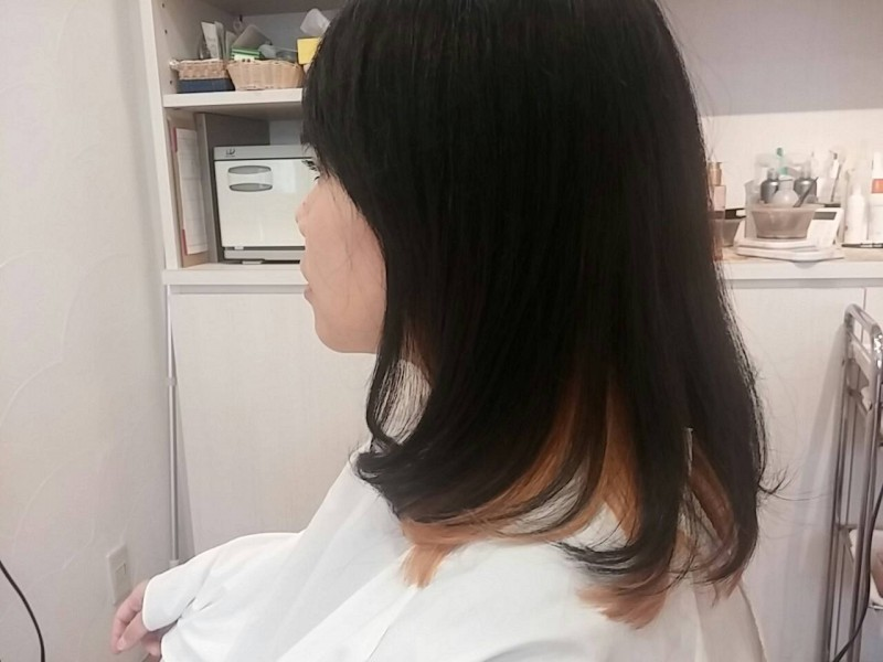 ツヤツヤな髪が引き立つ、ナチュラルなロングスタイルです。<br>重く見えないよう明るいカラーを選びました。