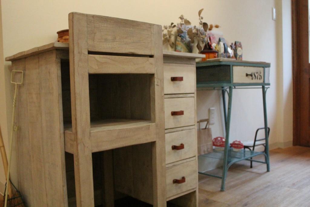 ちょっとレトロな雰囲気が漂う家具たちもお気に入り。<br />知り合いの方の手作り家具や、お得にゲットしたソファーなどもあります。